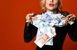 Mujer rubia joven con la pila de los escombros rusos mil del ganador afortunado del dinero imagen de archivo libre de regalías