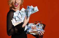 Mujer rubia joven con la pila de los escombros rusos mil del ganador afortunado del dinero fotografía de archivo