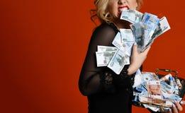 Mujer rubia joven con la pila de los escombros rusos mil del ganador afortunado del dinero fotografía de archivo libre de regalías