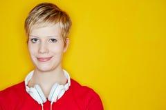 Mujer rubia joven con los auriculares Imagenes de archivo