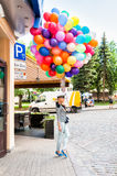 Mujer rubia joven con los globos coloridos del látex Imágenes de archivo libres de regalías