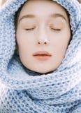 Mujer rubia joven de la belleza en bufanda con resistido Imagenes de archivo