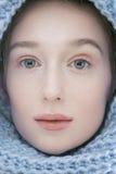 Mujer rubia joven de la belleza en cierre de la bufanda para arriba Fotografía de archivo libre de regalías