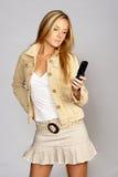 Mujer rubia joven de la cadera con el teléfono móvil Imagen de archivo libre de regalías