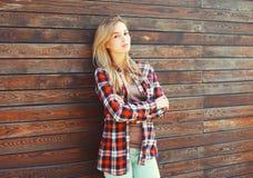 Mujer rubia joven de la moda en camisa a cuadros Fotografía de archivo libre de regalías
