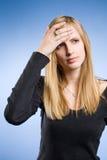 Mujer rubia joven de mirada triste. Imágenes de archivo libres de regalías