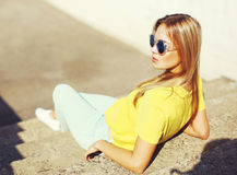 Mujer rubia joven de moda del retrato de la moda de la calle en gafas de sol Imagen de archivo