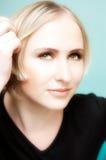 Mujer rubia joven de pensamiento con los ojos verdes fotografía de archivo libre de regalías