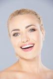 Mujer rubia joven de risa vivaz foto de archivo