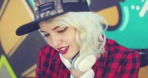 Mujer rubia joven del inconformista magnífico almacen de video