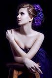 Mujer rubia joven elegante en un vestido violeta fotos de archivo