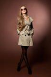 Mujer rubia joven en abrigo. Imágenes de archivo libres de regalías