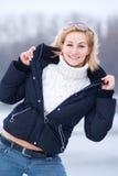 Mujer rubia joven en chaqueta negra de par en par abierta Imágenes de archivo libres de regalías