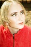 Mujer rubia joven en chaqueta roja Imagen de archivo libre de regalías