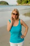 Mujer rubia joven en el baile de la playa Imagen de archivo