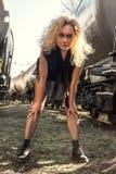 Mujer rubia joven en el ferrocarril foto de archivo
