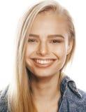 Mujer rubia joven en el gesto blanco del backgroung Imagen de archivo