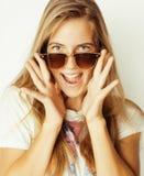 Mujer rubia joven en gafas de sol que sonríe cerca para arriba Imagen de archivo
