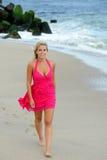 Mujer rubia joven en la playa Imagen de archivo libre de regalías