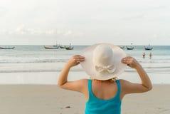 Mujer rubia joven en la playa Imagenes de archivo