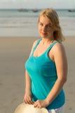 Mujer rubia joven en la playa Fotografía de archivo libre de regalías