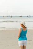 Mujer rubia joven en la playa Fotos de archivo libres de regalías