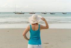 Mujer rubia joven en la playa Foto de archivo