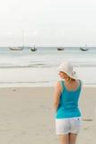 Mujer rubia joven en la playa Fotos de archivo