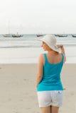 Mujer rubia joven en la playa Foto de archivo libre de regalías