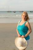 Mujer rubia joven en la playa Imagen de archivo