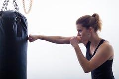 Mujer rubia joven en un gimnasio del boxeo Foto de archivo