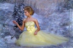 Mujer rubia joven en un vestido amarillo elegante Imagen de archivo libre de regalías