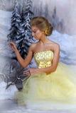 Mujer rubia joven en un vestido amarillo elegante Foto de archivo libre de regalías