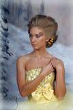 Mujer rubia joven en un vestido amarillo elegante Fotografía de archivo libre de regalías