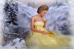 Mujer rubia joven en un vestido amarillo elegante Foto de archivo
