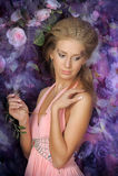 Mujer rubia joven en un vestido rosado elegante Fotos de archivo libres de regalías