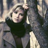 Mujer rubia joven feliz de la moda que camina en parque del otoño imagen de archivo