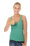 Mujer rubia joven feliz que gesticula OK. Fotografía de archivo libre de regalías