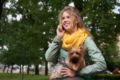 Mujer rubia joven feliz que habla los wi del teléfono móvil Fotografía de archivo libre de regalías
