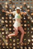 Mujer rubia joven feliz que sube para arriba en parque de la aventura Foto de archivo