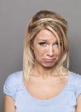 Mujer rubia joven gritadora del forcarefree del concepto de la negligencia Foto de archivo