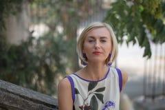 Mujer rubia joven hermosa al aire libre Imágenes de archivo libres de regalías
