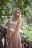Mujer rubia joven hermosa al aire libre Imagenes de archivo