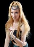 Mujer rubia joven hermosa con el pelo y el je largos Foto de archivo libre de regalías