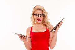 Mujer rubia joven hermosa con los vidrios en la tenencia roja de la camiseta Imagen de archivo libre de regalías