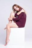 Mujer rubia joven hermosa en un modelo de punto del suéter sin p Foto de archivo