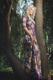 Mujer rubia joven hermosa que camina en el parque Imagen de archivo