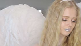 Mujer rubia joven hermosa que presenta en la cámara almacen de video