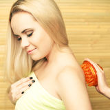 Mujer rubia joven hermosa que recibe masaje del cuerpo Foto de archivo