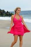 Mujer rubia joven imponente que recorre en la playa Fotos de archivo libres de regalías